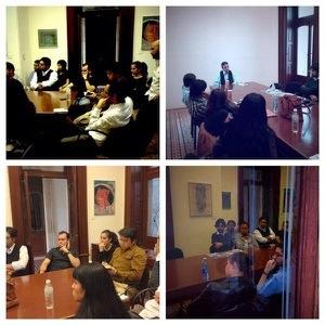 Rafael Vargas conversa con los jóvenes ensayistas